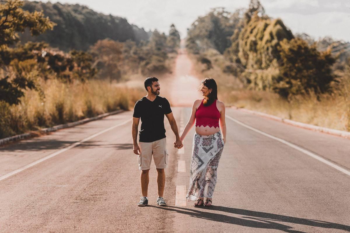 Gestante e marido caminhando