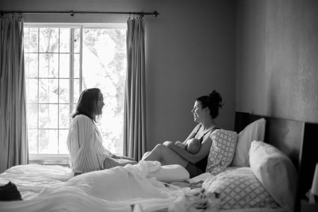 Doula visita gestante no pós-parto